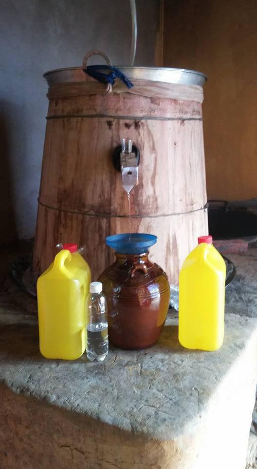 Nấu rượu ngô truyền thống