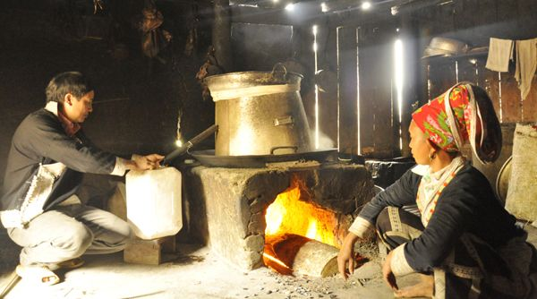 Nấu rượu ngô Bắc Hà tại làng nghề Bản Phố