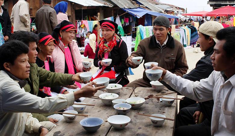 Uống rượu ngô hà giang tại chợ huyện