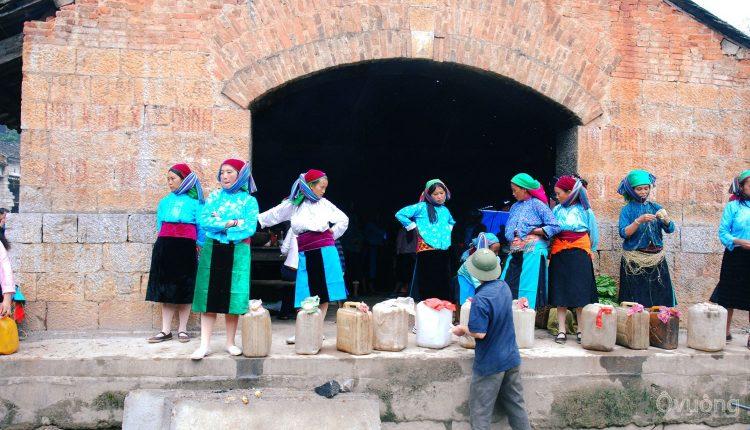 Rượu ngô Lũng Phìn được bán ở chợ Lũng Phìn