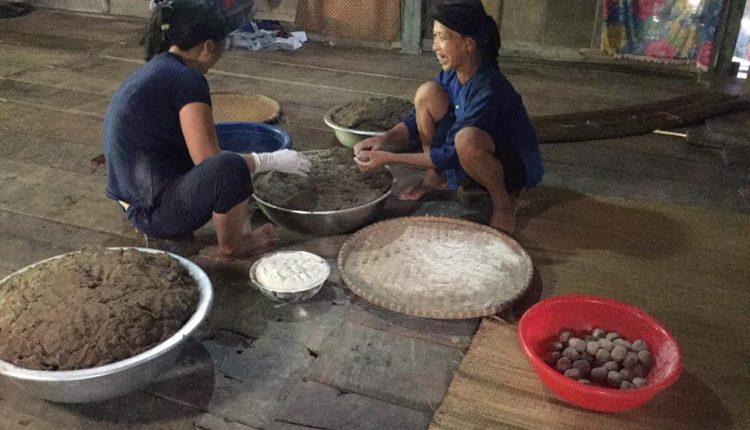 Chế biến men Hồng Mi để nấu rượu ngô Bắc Hà