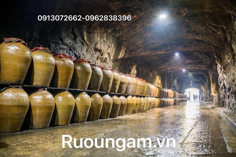 Rượu ngô cao cấp được ủ trong hang đá cho chất lượng rất tốt.