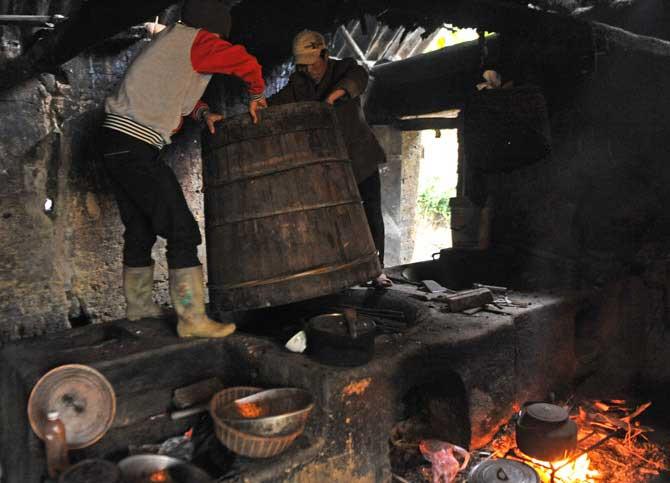 rượu ngô nấu thủ công hay có mùi oi khói