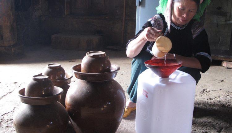 Bán rượu ngô tại gia đình có truyền thống nấu rượu
