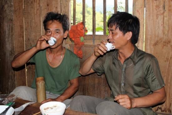 Uống rượu ngô Lũng Phìn tại nhà dân địa phương