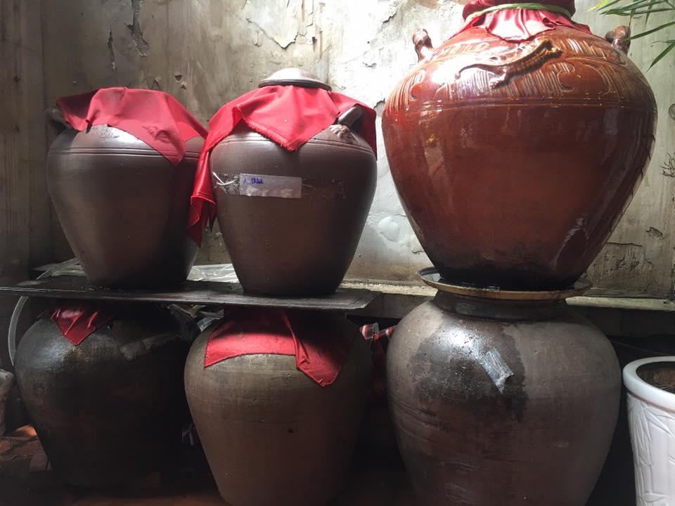 Rượu ngô ủ lâu năm trong chum