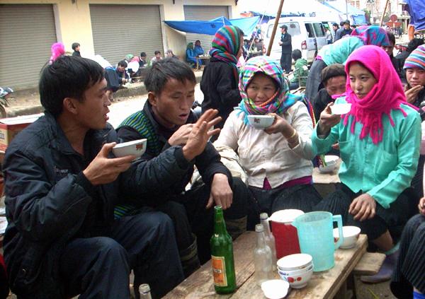 Uống rượu ngô Thanh Vân tại chợ phiên Quản Bạ