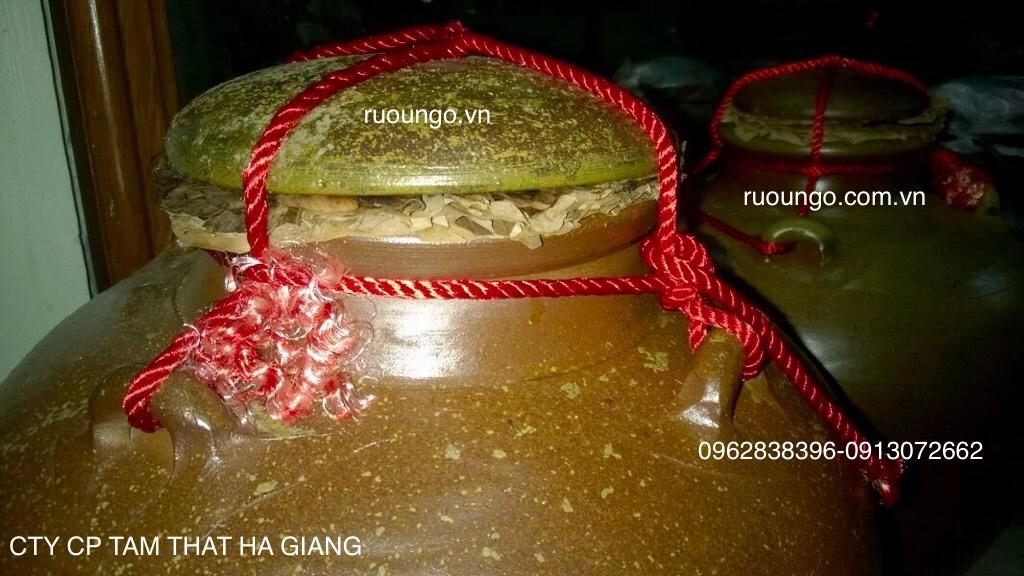 Ủ rượu ngô dùng lá chuối và dây dù buộc chặt