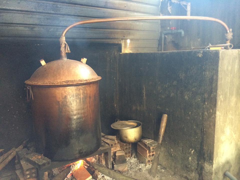Rượu ngô men thuốc bắc được nấu thủ công ở một hộ gia đình tại Nam Định