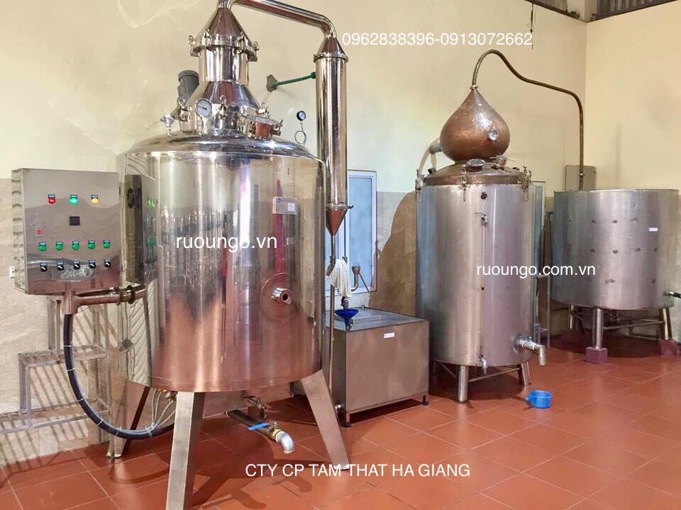 Nấu rượu ngô bằng thiết bị hiện đại chạy điện.