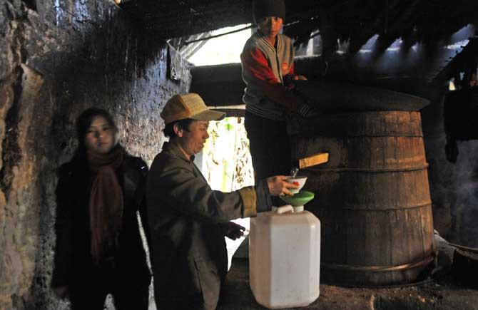 Nấu rượu ngô truyền thống trong các hộ gai đình